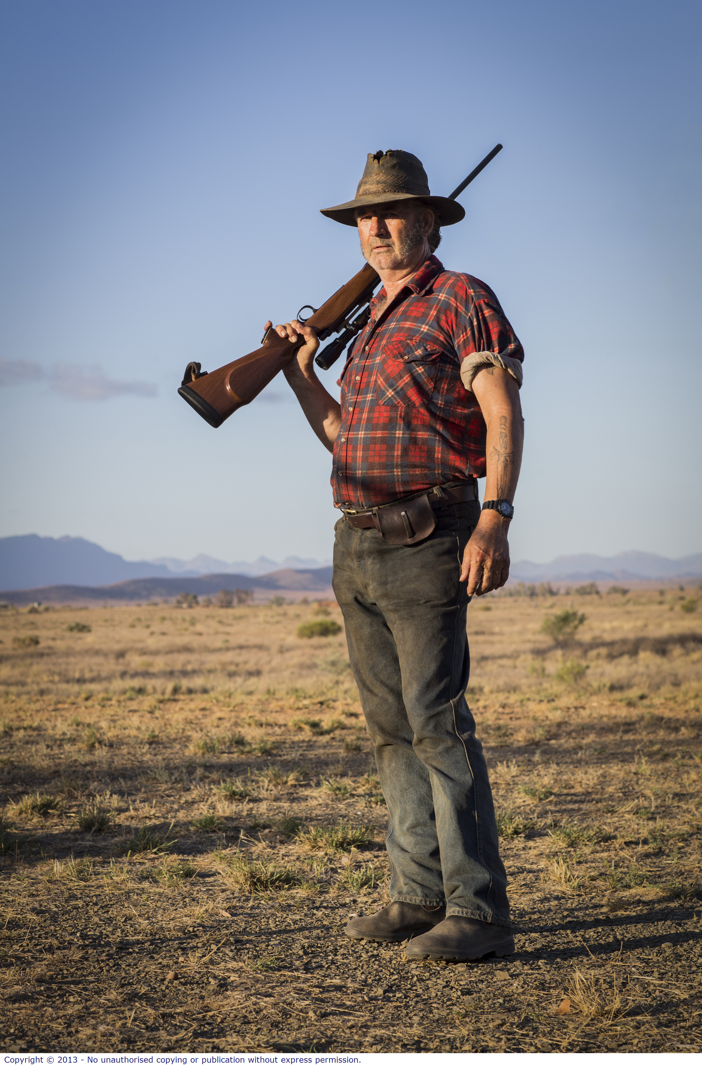 WolfCreek2_John Jarratt as Mick Taylor with gun 5