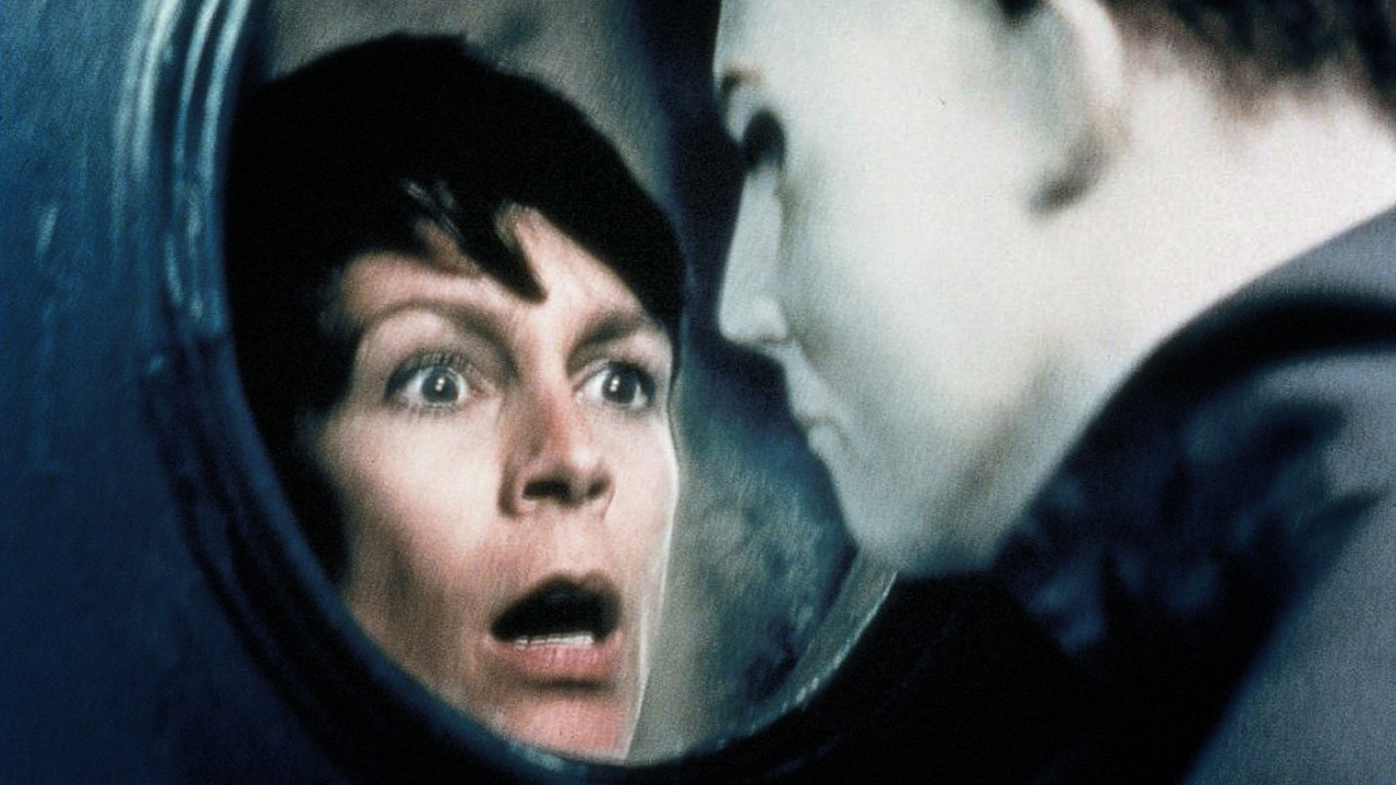 awesome photo: jamie lee curtis spent her halloween surrounded